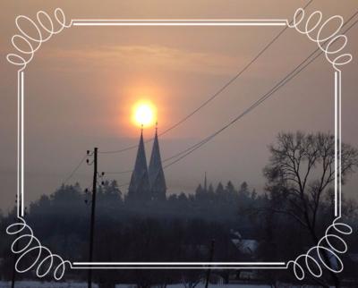 Rīta saule virs baznīcas..