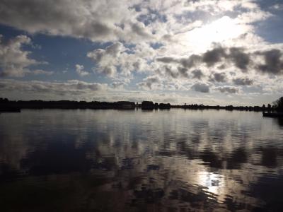 Rīta saule ezeriņā